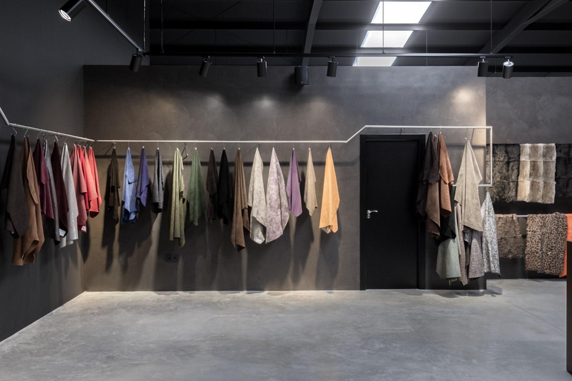 Microcemento en columnas y paredes de comercios de ropa