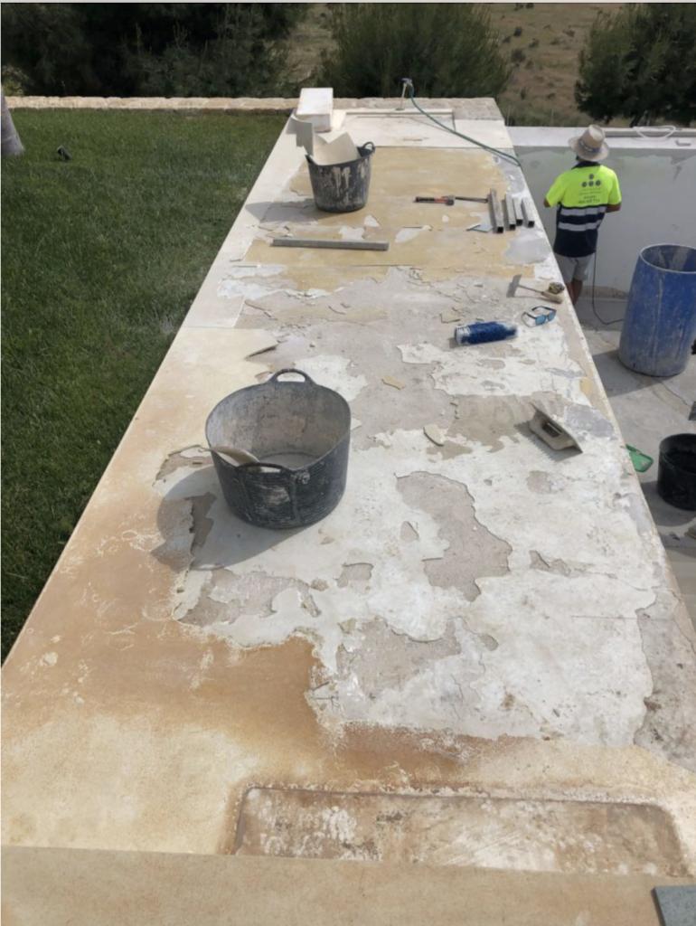 suelo deteriorado por la mala aplicación del microcemento