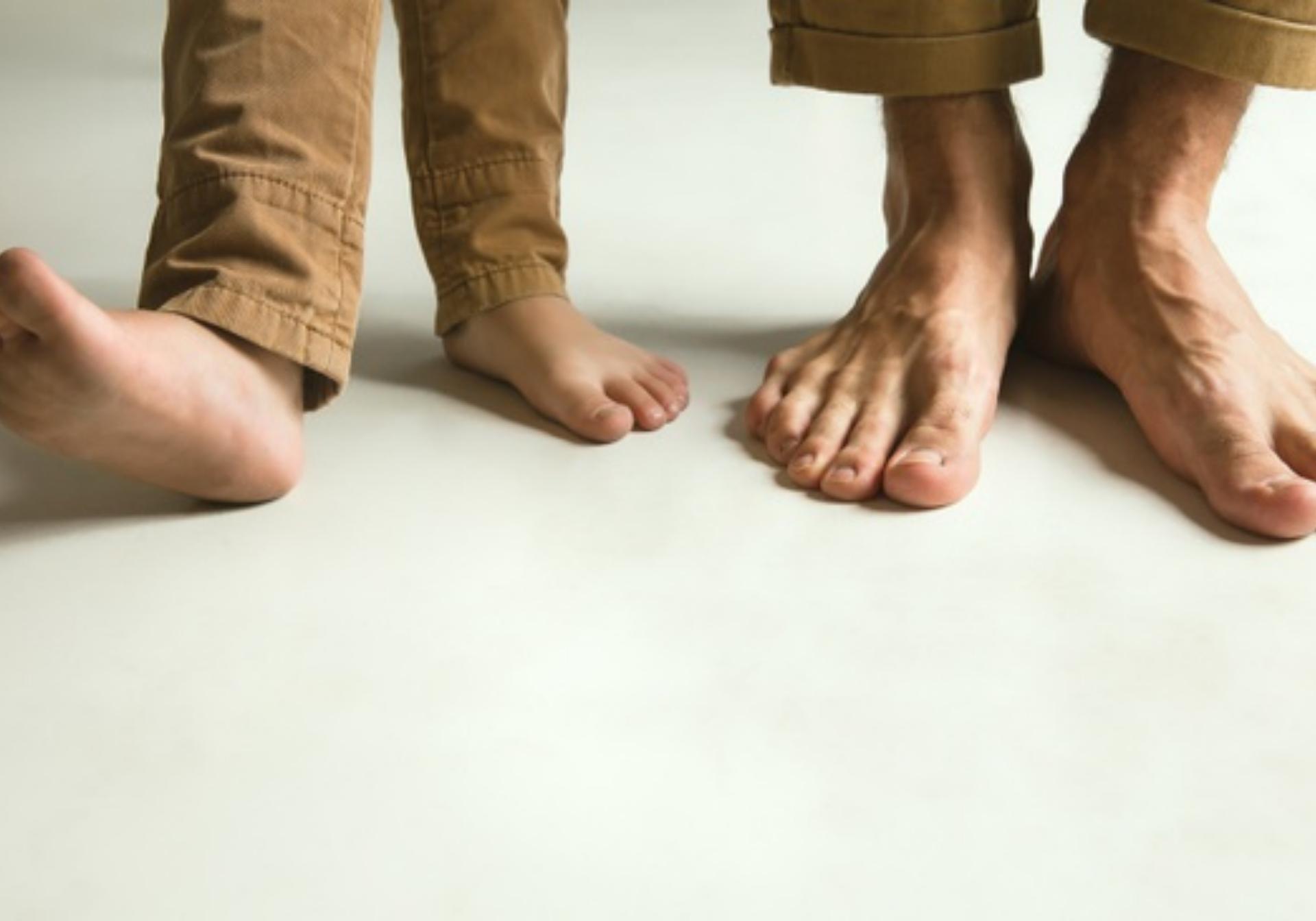 beneficios de caminar descalzado